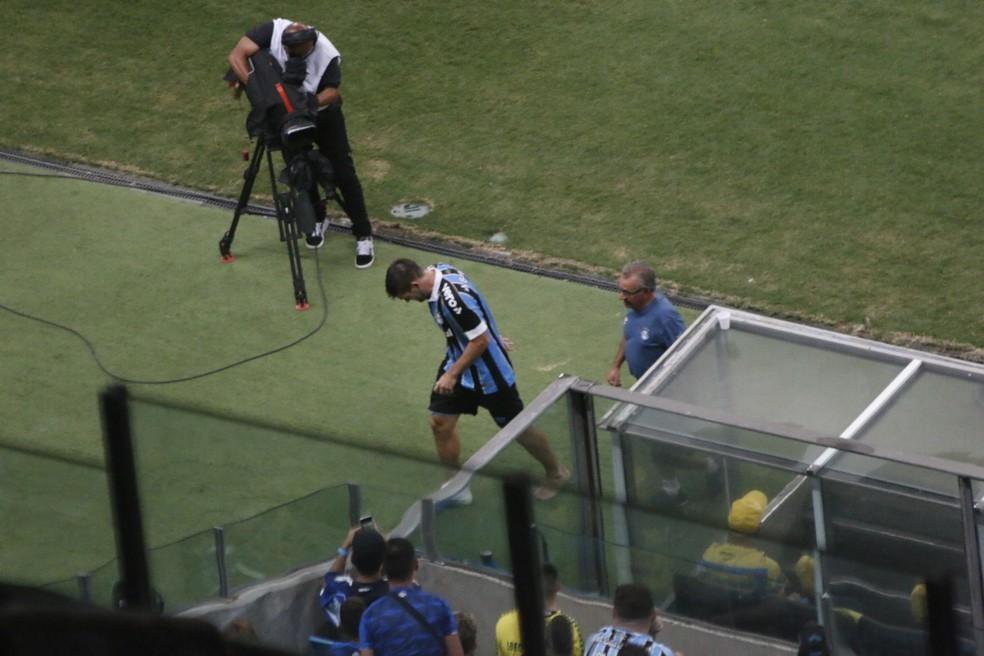 Kannemann deixa campo com dores — Foto: Eduardo Moura