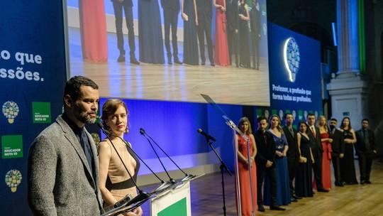 Gabriela e Rafael são recebidos no palco do Prêmio Educador Nota 10