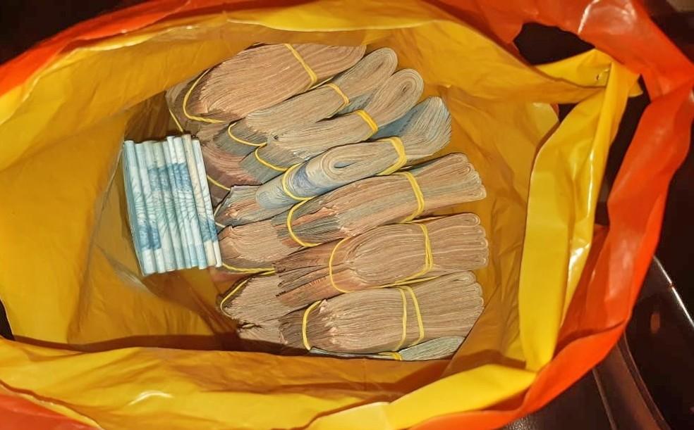 Três homens são presos em flagrante com R$100 mil reais sem comprovação em Belém do São Francisco — Foto: PRF