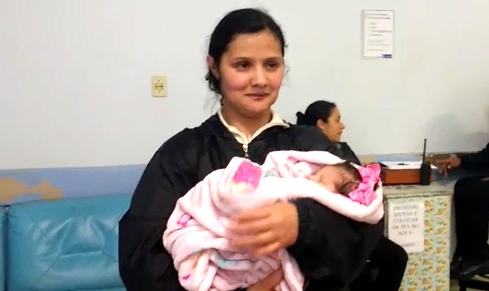 Avó da criança resgatada com vida após acidente recebe a neta em hospital (Foto: Dione Aguiar/G1)