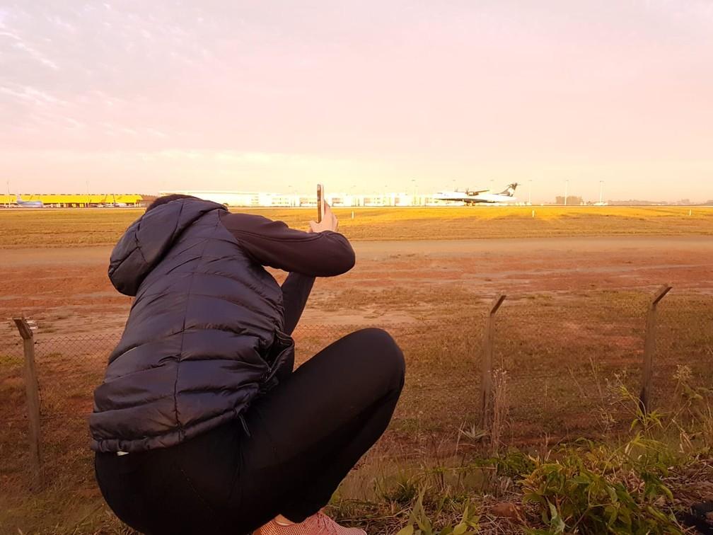 Fotógrafa busca melhor ângulo com celular no 'Spotter day' em Viracopos, aeroporto de Campinas. — Foto: Luciano Calafiori/G1