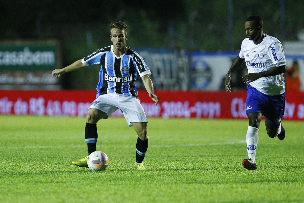 Arthur como profissional ocorreu em derrota para o Aimoré, em 2015 (Foto: Lucas Uebel/Grêmio)