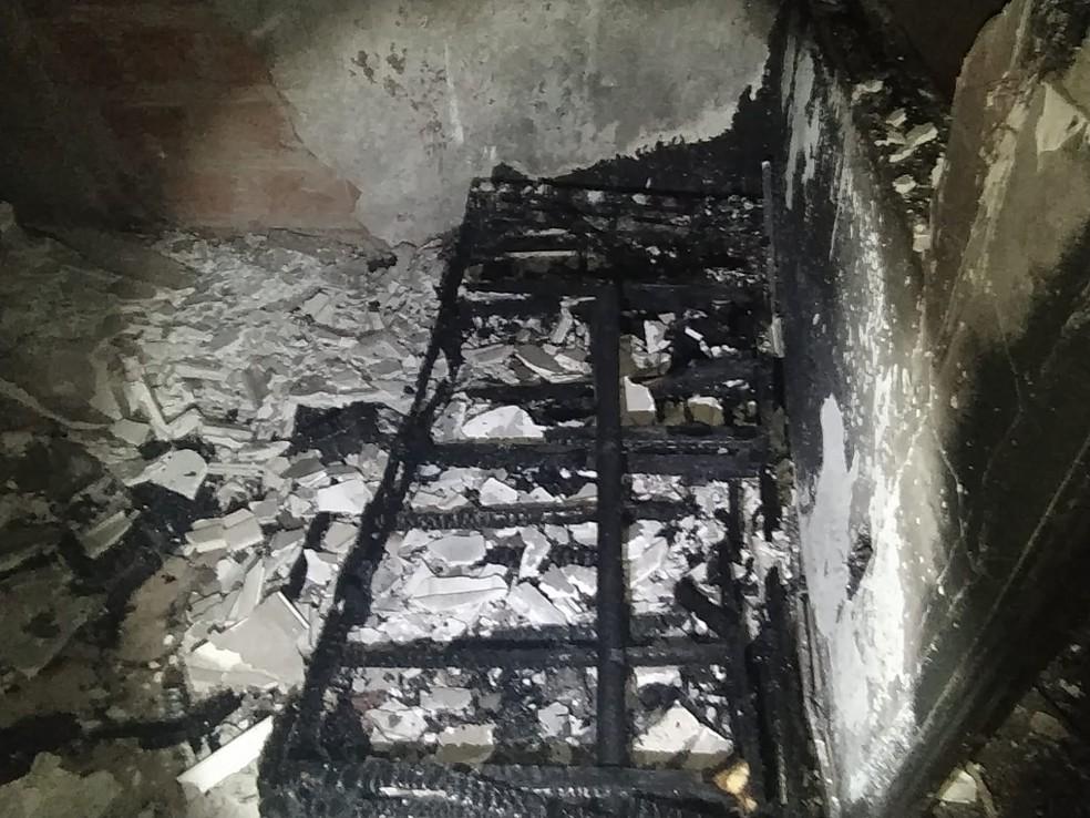O que sobrou do estrado de uma cama em casa que pegou fogo em Cabo Frio — Foto: Divulgação/Defesa Civil