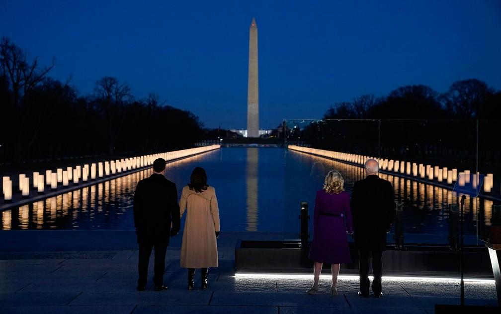 Joe Biden e sua mulher Jill, Kamala Harris e o marido Doug Emhoff participam de cerimônia em homenagem aos mais de 400 mil mortos pela Covid-19 nos EUA, em Washington DC, na terça-feira (19) — Foto: AP Photo/Evan Vucci