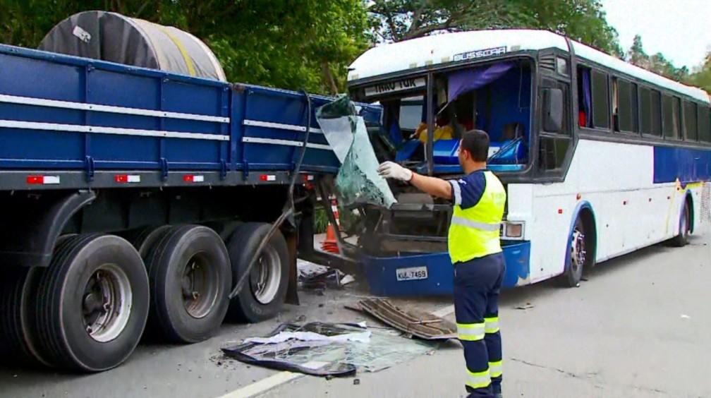 Ônibus bateu em carro em congestionamento na Fernão Dias em MG — Foto: Reprodução/EPTV