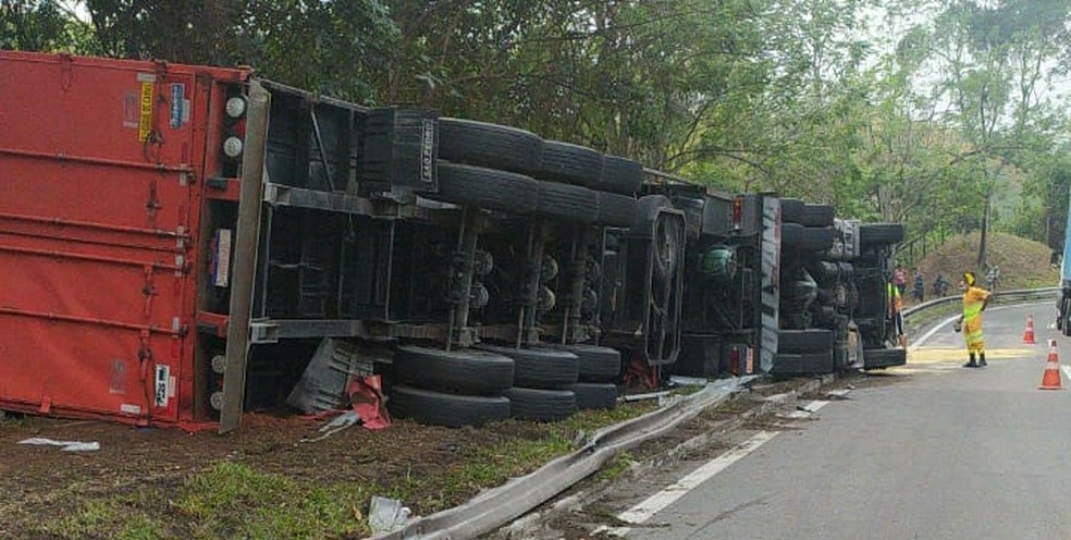 Concessionária que administra a rodovia conformou que foto é do acidente desta manhã — Foto: Reprodução/redes sociais