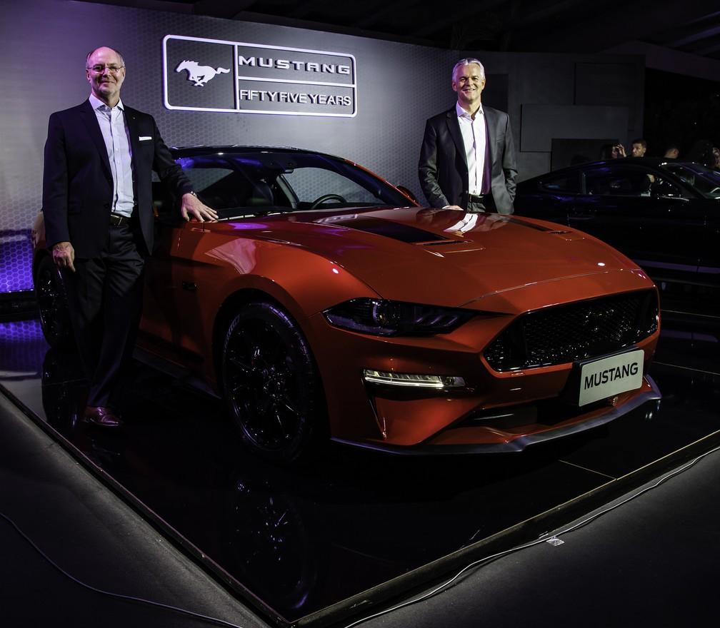 Rogelio Golfarb, vice-presidente da Ford América do Sul, e Lyle Watters, presidente da montadora na região, na apresentação no Mustang Black Shadow — Foto: Divulgação