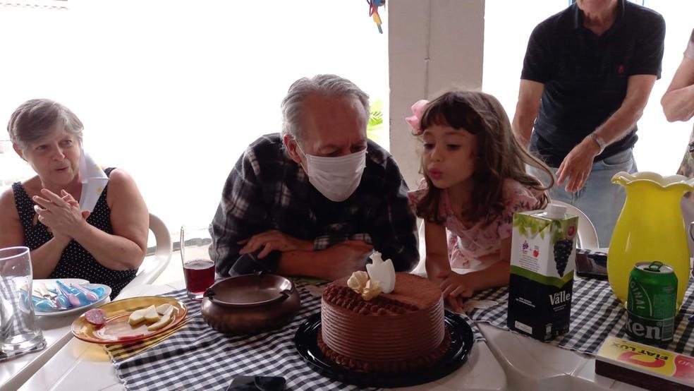 Nani ao lado da netinha Manuela em seu último aniversário, em Esmeraldas, para onde se mudou no início de 2021 para se manter isolado durante a pandemia.  — Foto: Arquivo pessoal
