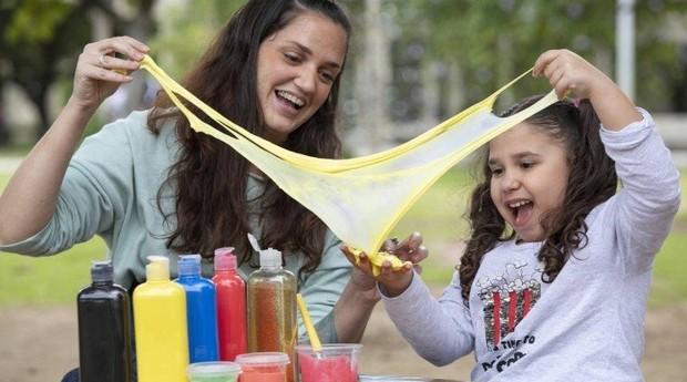 Paloma ensina a sobrinha Manuela Ribeiro a preparar a geleca caseira  (Foto: Ana Branco)