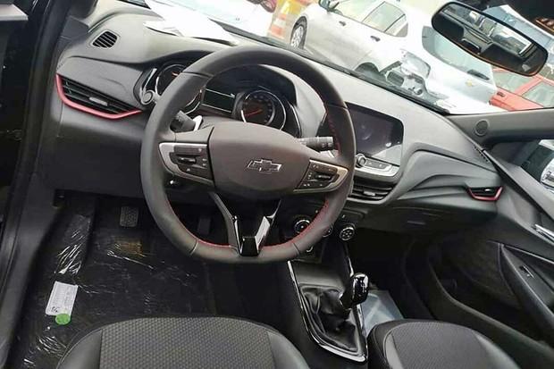 Flagras mostram o novo Chevrolet Onix na versão RS (Foto: Reprodução)