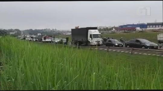 Colisão entre caminhões fere motorista  e deixa de 12 km de congestionamento na SP-310