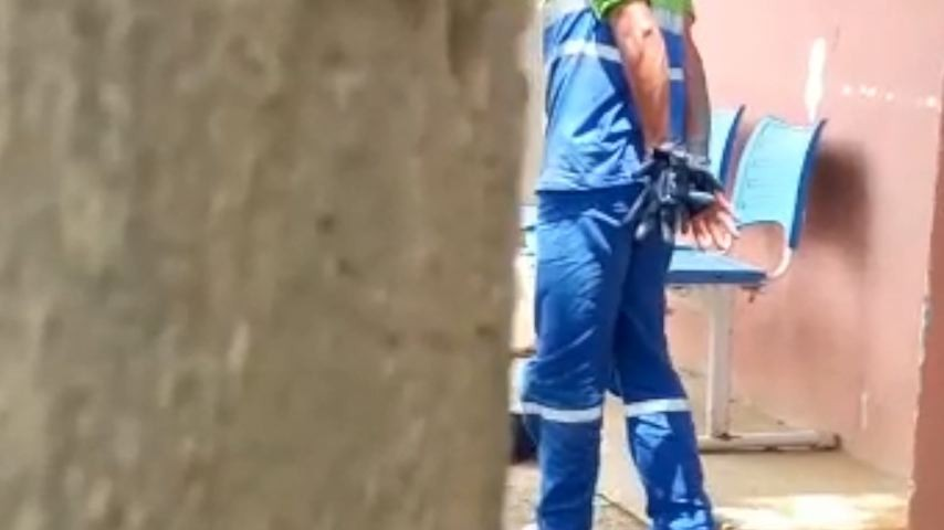 Coletor de lixo diz que foi detido por agentes penitenciários por cantar durante o serviço no ES