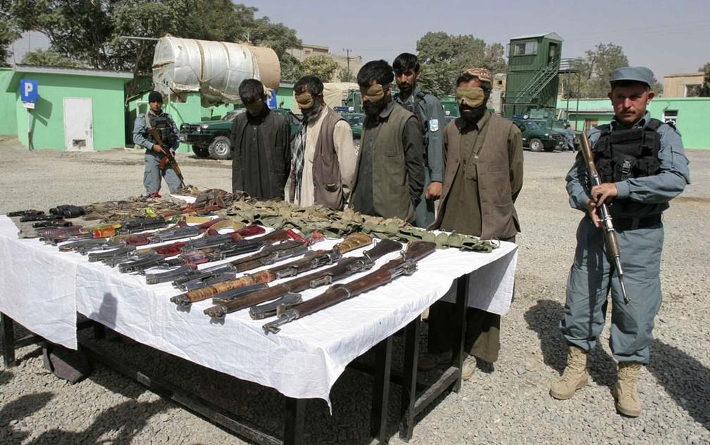 Suspeitos insurgentes do Talibã capturados e suas armas são apresentados para a imprensa em Ghazni, no Afeganistão, em 2016 — Foto: Mustafa Andaleb/Reuters