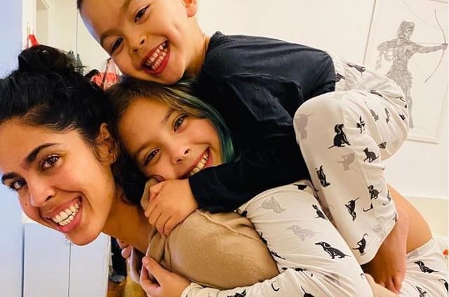 Bela Gil e os filhos, Flor e Nino (Foto: Reprodução/Instagram)