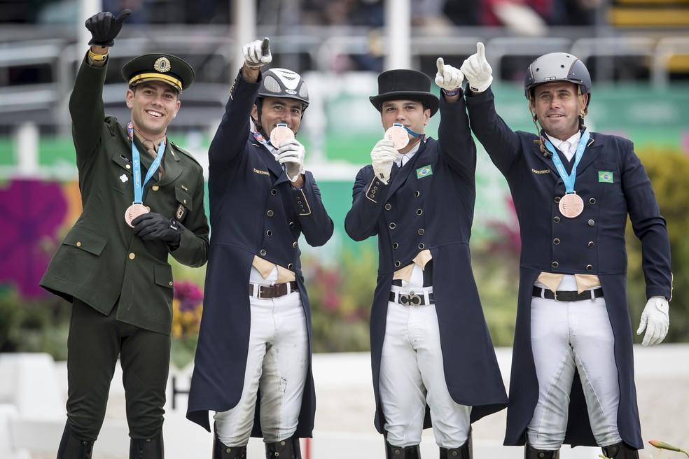 Equipe foi bronze no Pan. João Paulo dos Santos, o primeiro à direita, acabou em oitava no individual — Foto: Jonne Roriz/COB
