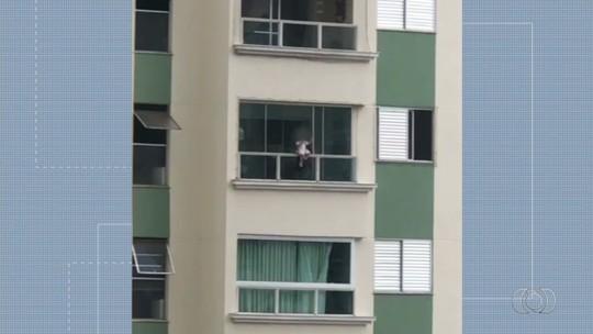 Vídeo mostra criança sentada na grade da sacada de prédio em Goiânia