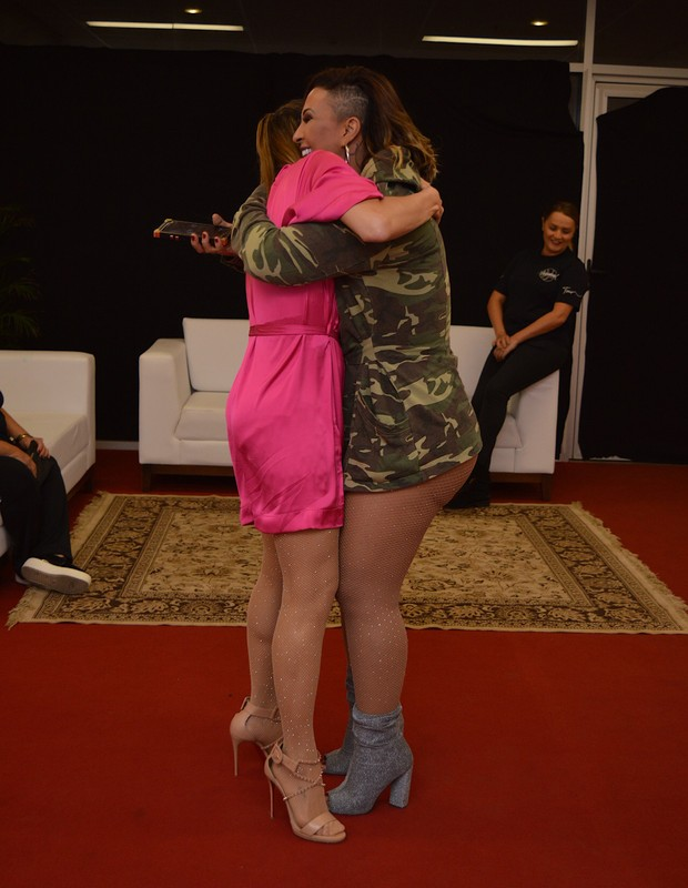 Valesca Popozuda e Claudia Leitte se encontram em Brasília (Foto: Gabi de Morais/AgNews)