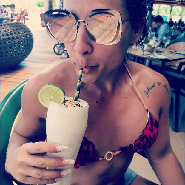 Priscila Pires se refresca com suco em lua de mel (Foto: Reprodução/Instagram)