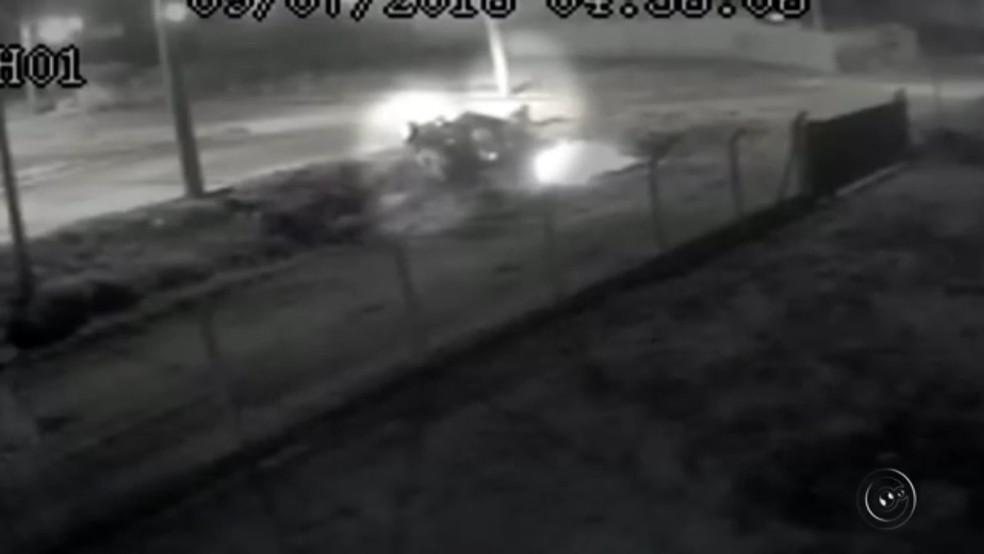 Vídeo mostra momento em que suspeitos incendeiam carro em Guapiaçu (Foto: Reprodução/TV TEM)