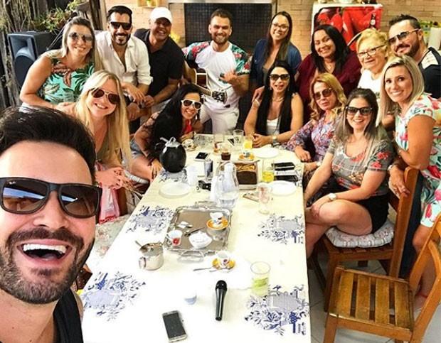 Marco Augusto e Zilu em almoço com amigos (Foto: Reprodução Instagram)