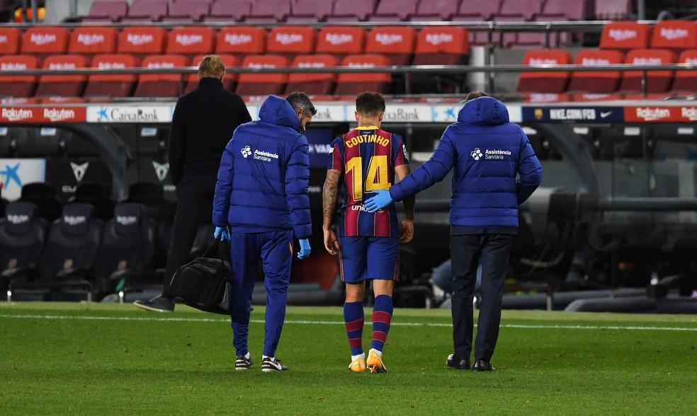 Philippe Coutinho sai de campo machucado durante o empate com o Eibar, no fim de dezembro — Foto: Getty Images