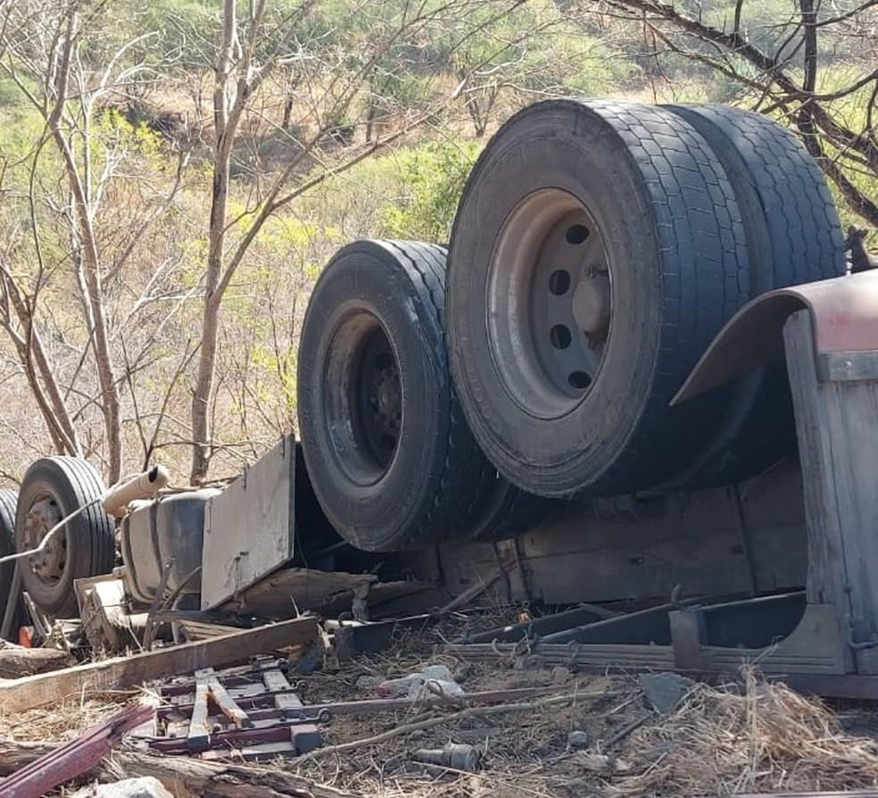 Carreta tomba e motorista morre na BR-259, em Baixo Guandu, no ES  — Foto: Reprodução/ TV Gazeta