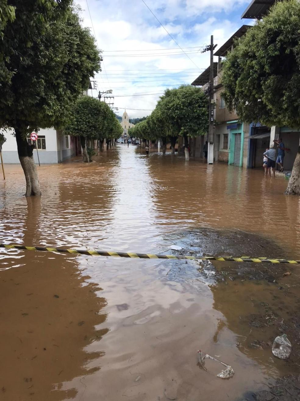 Rua em frente à Prefeitura de Porciúncula fica alagada após transbordo do Rio Carangola — Foto: Divulgação/Prefeitura de Porciúncula