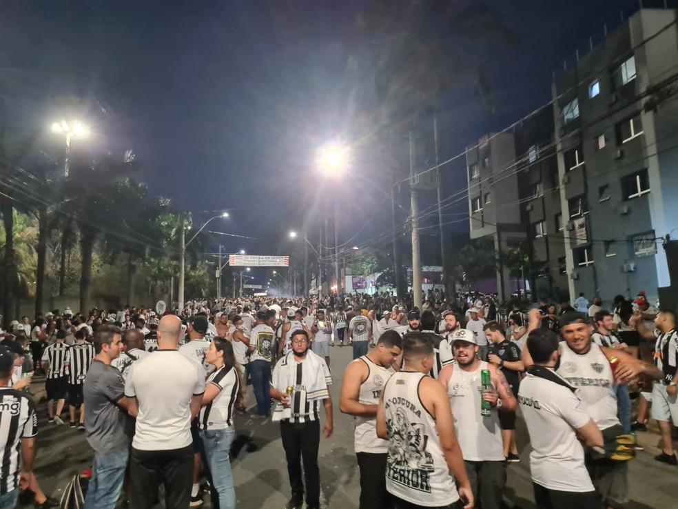 Aglomeração e pessoas sem máscara na Alameda das Palmeiras, a Rua do Peixe — Foto: ge