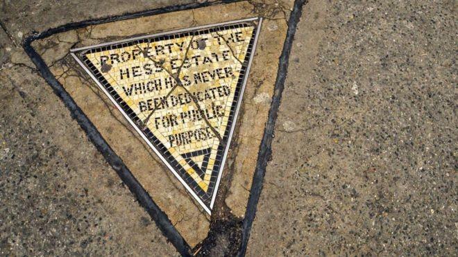 Este pequeno triângulo é considerado símbolo da rebeldia de Nova York (Foto: OLIVIER GUIBERTEAU, via BBC News Brasil)