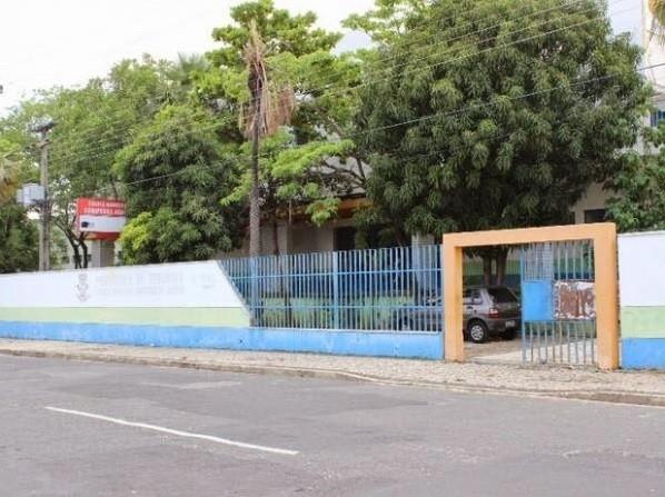 Criminosos roubam celulares e relógios de funcionários em escola municipal de Teresina