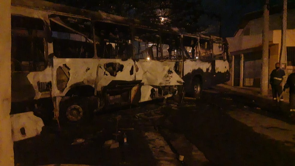 Ônibus é incendiado em protesto contra ação da PM no Rio Comprido em Jacareí. — Foto: Divulgação/Polícia Civil