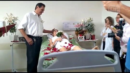 Paciente com câncer se casa em cerimônia surpresa dentro de quarto de hospital em Rio Preto