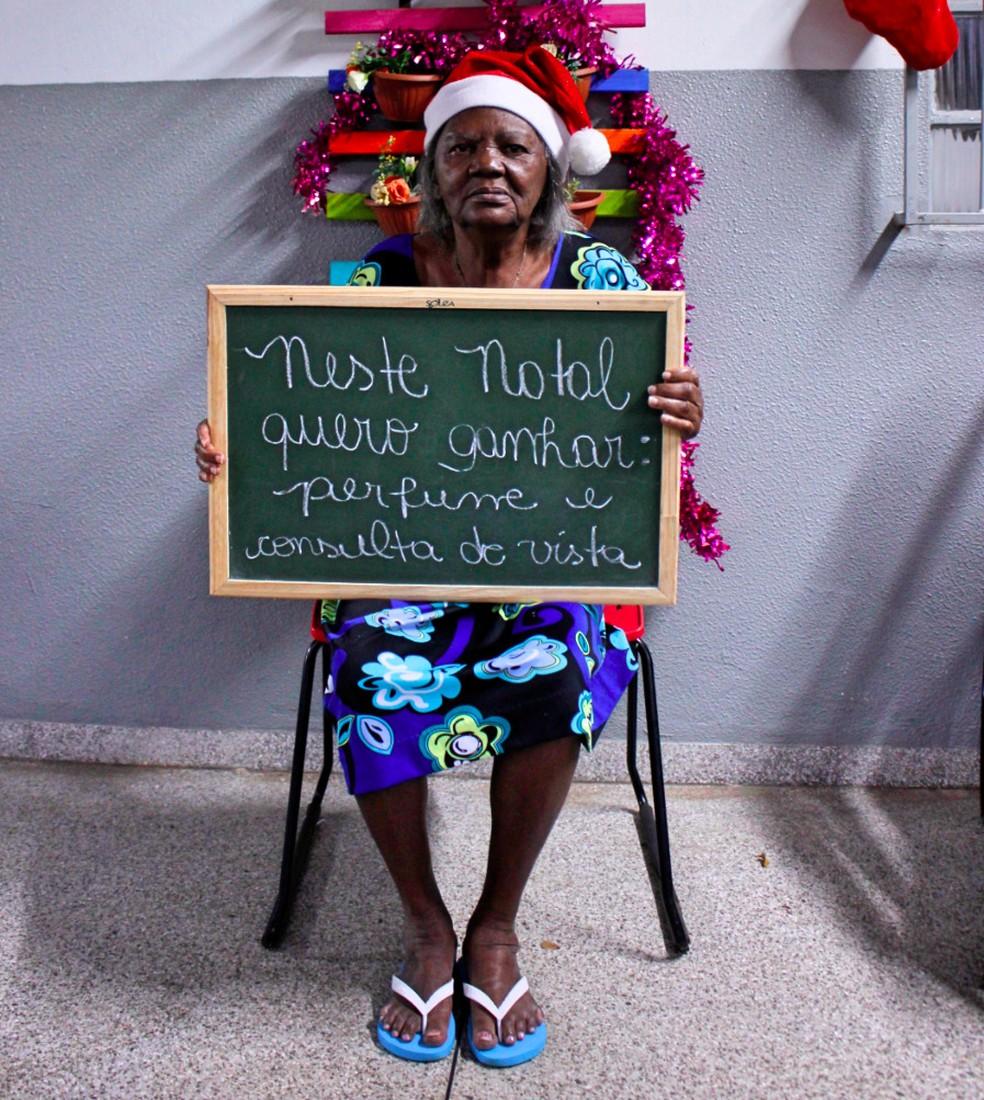 Pedidos foram escritos em quadros pelos próprios idosos (Foto: Carol Pontes/Divulgação)