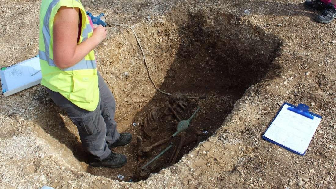 Análise de cova encontrada por arqueólogos (Foto: Divulgação)