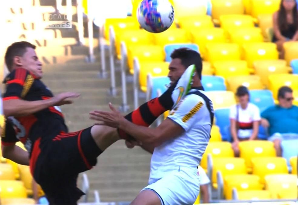 Em 2015, Jonas atingiu Gilberto em cheio na partida entre Flamengo e Vasco — Foto: Reprodução SporTV