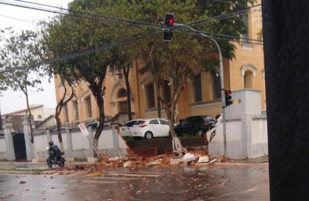 Muro da delegacia de Itapetininga (SP) caiu com a força da água — Foto: Arquivo Pessoal