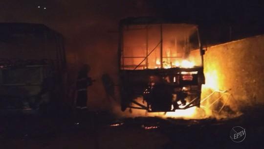 Dois ônibus ficam destruídos e uma van danificada por incêndio em Piranguinho, MG
