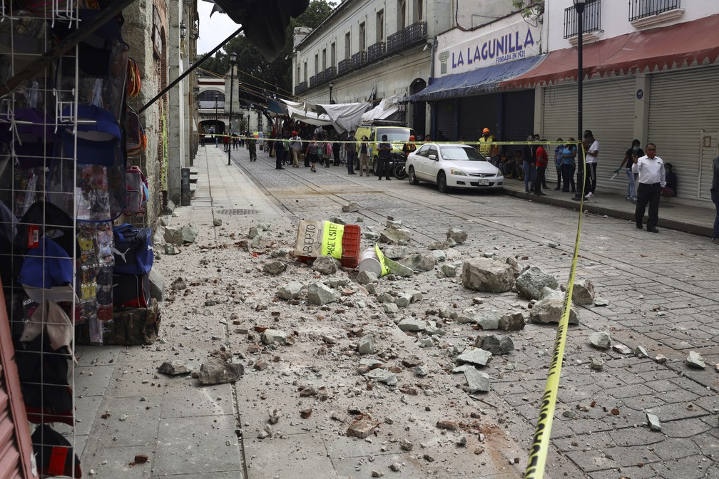 A fita de segurança isola área atingida por pedaços de alvenaria que se desprenderam de edifício durante o terremoto em Oaxaca, México, nesta terça-feira (23) — Foto: Luis Alberto Cruz Hernandez/AP
