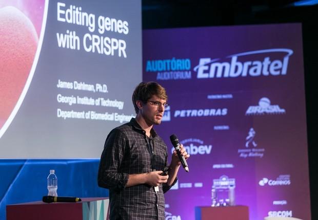 No auditório Embratel, o premiado pesquisador James Dahlman falou de edição genética e tecnologia (Foto: Marco Sobral/G.LAB)