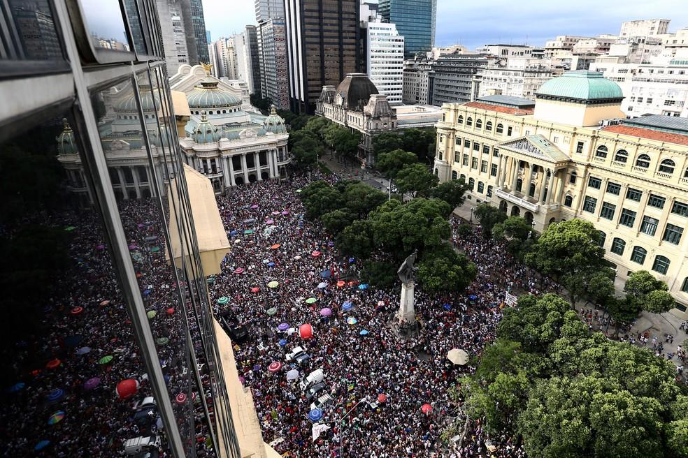Manifestantes protestam contra o candidato Jair Bolsonaro durante ato na Cinelândia, no centro do Rio de Janeiro — Foto: Fábio Motta/Estadão Conteúdo