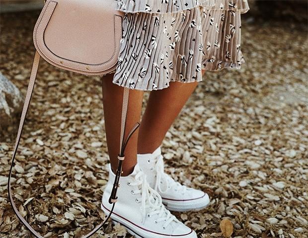 Usar vestido com tênis é a tendência para o verão (Foto: Instagram / Julie Sariñana)