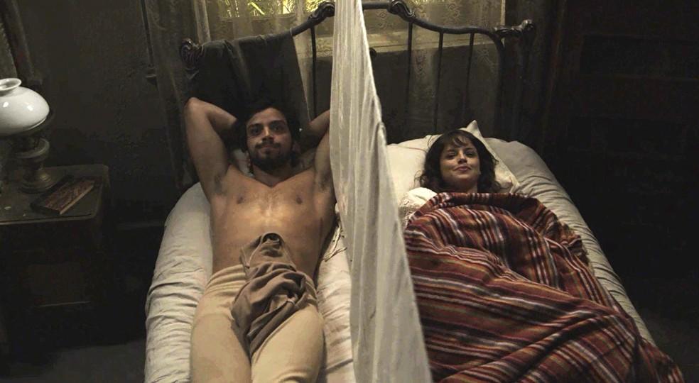"""Ernesto e Ema passar a noite juntos, mas separados por uma """"muralha"""" (Foto: TV Globo)"""