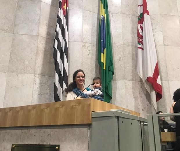 Marina Helou posa ao lado do filho Martim, 10 meses (Foto: Arquivo pessoal)