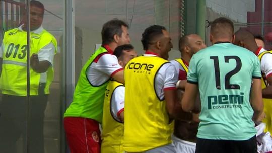 Camaronês na roça, motorista no Acre... veja jogadores com bicos fora do futebol