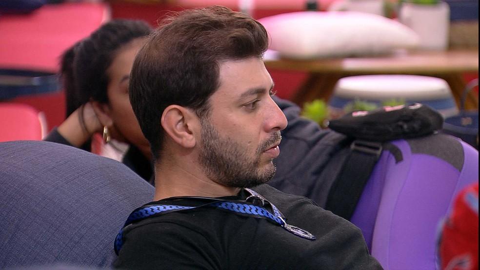 No BBB21, Caio comenta com brothers sobre atendimento médico — Foto: Globo