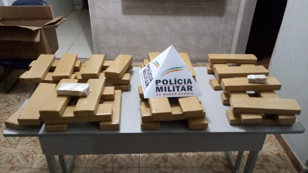 Polícia apreendeu 45 tabletes de maconha — Foto: Polícia Militar/ Divulgação