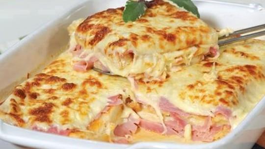 Faça uma lasanha tradicional de queijo e presunto com 4 passos