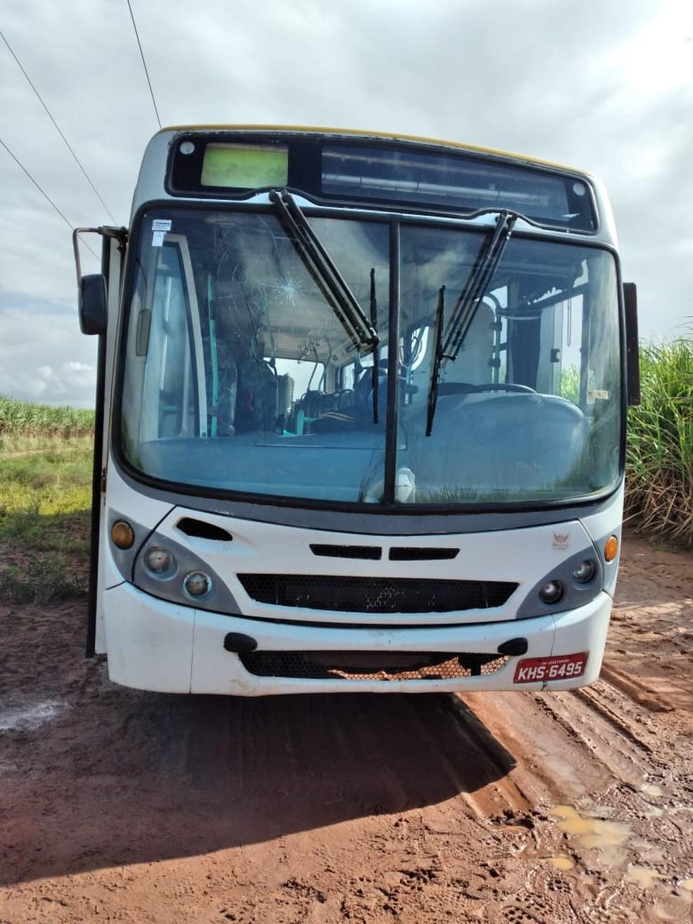 Ônibus abordado por assaltantes próximo a canavial em São José de Mipibu. Trabalhadores rurais reagiram. — Foto: Cedida
