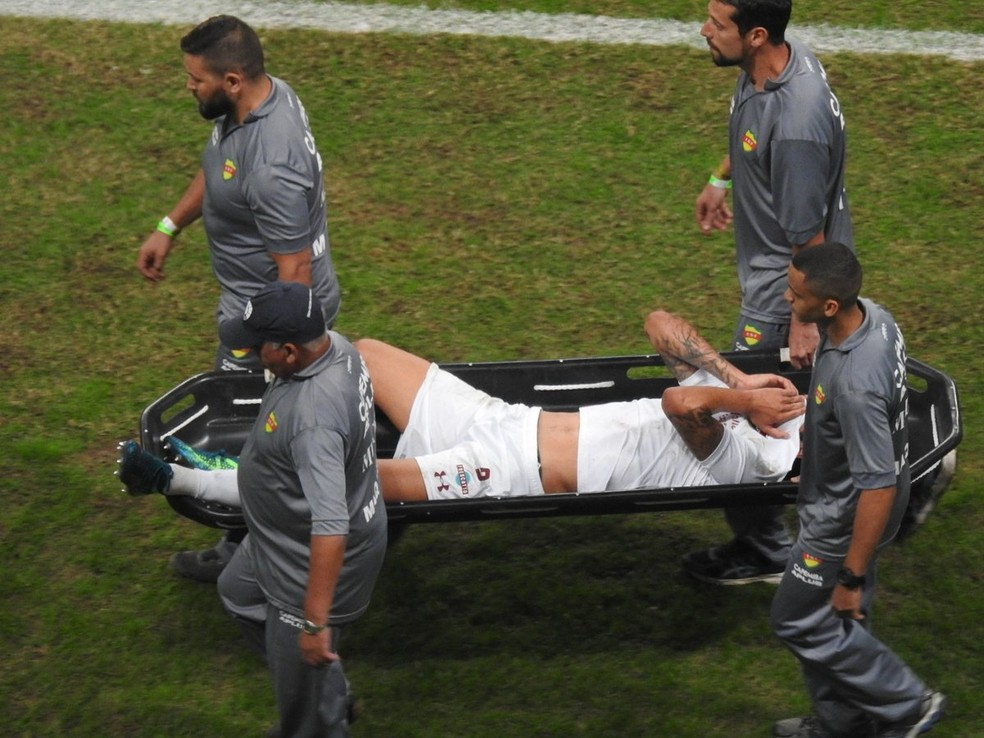 Pedro deixa o campo de maca e chorando em Grêmio x Fluminense (Foto: Hector Werlang)