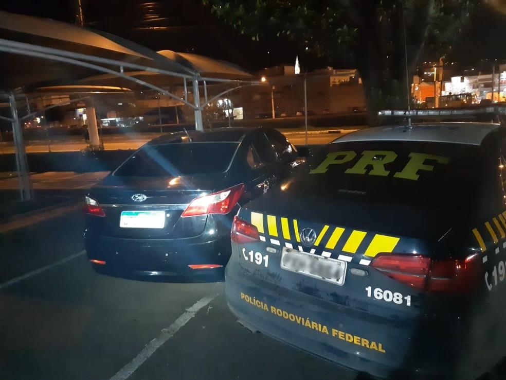 Carro recuperado pela PRF em Simão Pereira nesta sexta-feira (11) — Foto: PRF/Divulgação